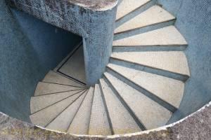 Escada de acesso a casa de máquinas da piscina.