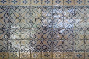 Azulejos encabeçam a escada que dá acesso a área íntima.
