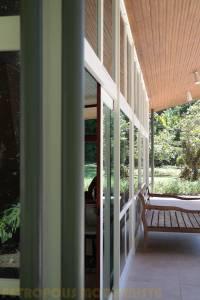 Detalhe da estrutura metálica e esquadrias da sala.