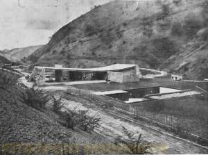 Vista dos fundos da residência, com piscina a direita.