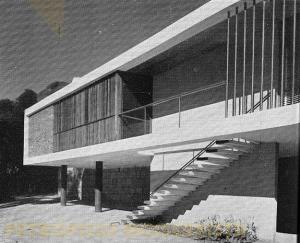 Área íntima,Varanda, escada de acesso e garagem.